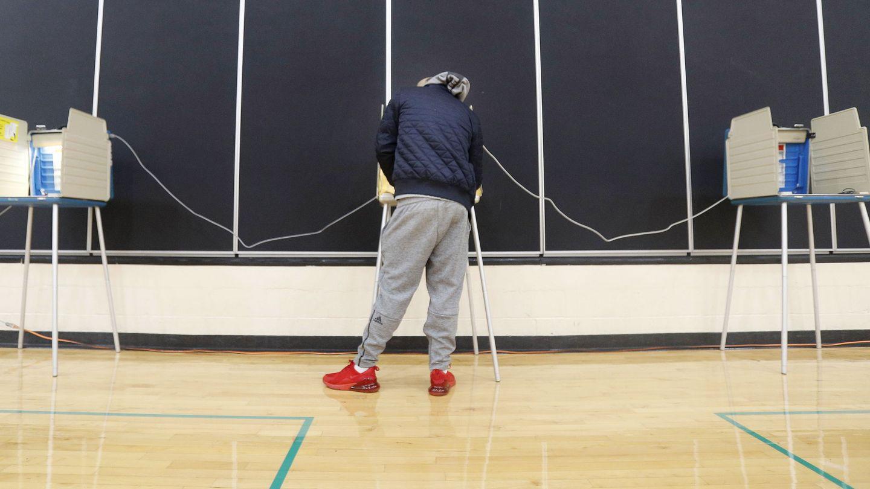Un votante rellena su papeleta. (Reuters)