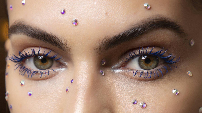 Maquillaje con aplicaciones brillantes, cómo hacerlo. (Imaxtree)