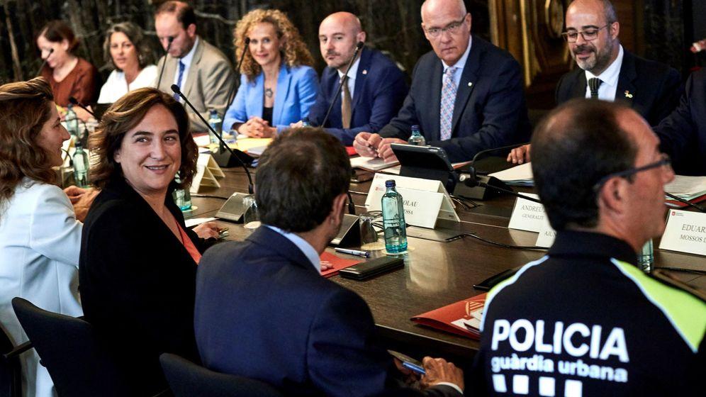 Foto: La alcaldesa de Barcelona, Ada Colau, y el 'conseller' de Interior, Miquel Buch (d), durante la reunión de la Junta de Seguridad Local. (EFE)