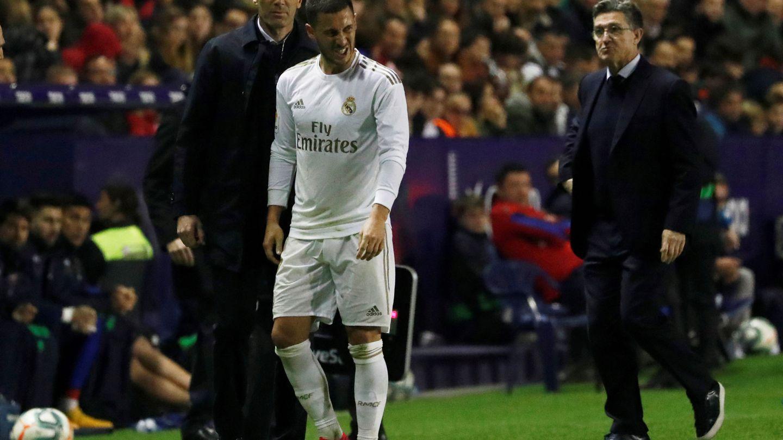 Hazard se retira lesionado en el partido contra el Levante ante mirada de Zidane. (Efe)