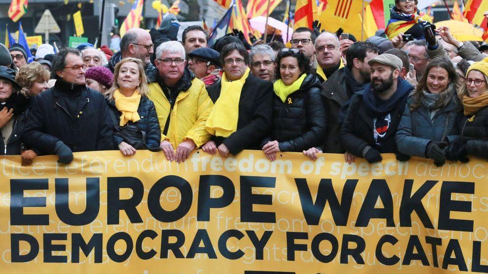 Foto: Carles Puigdemont y los líderes de ERC, en la marcha de Bruselas por la liberación de los presos del pasado diciembre. (EFE)