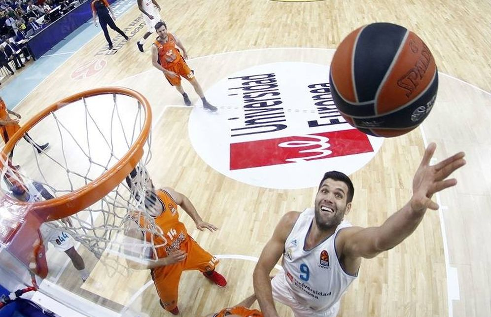 Foto: Felipe Reyes busca el balón ante el Valencia Basket. (Euroleague)