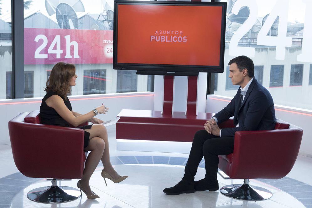 Foto: Pedro Sánchez, durante su entrevista con Lara Siscar, conductora de 'Asuntos públicos', en el Canal 24 Horas de TVE, este 14 de marzo. (Borja Puig | PSOE)