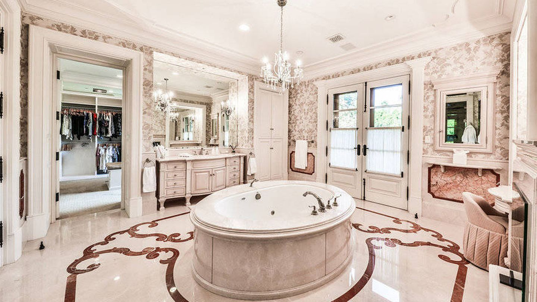 El baño de la mansión. (The Agency)