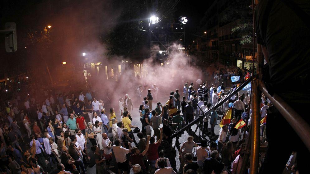 Foto: Alborotadores disfrazados de presos lanzan botes de humo entre seguidores pp