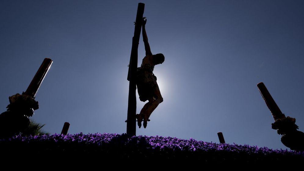 Foto: El Cristo de la Buena Muerte, el pasado año en su recorrido por el centro histórico de Sevilla. (EFE)