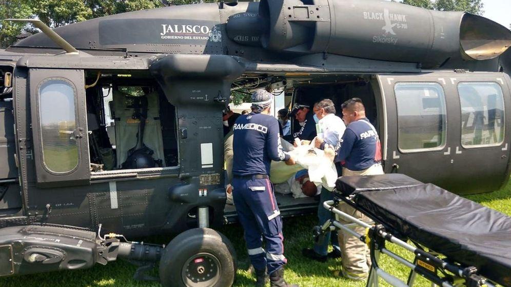 Foto: Paramédicos en el traslado de personas intoxicadas con alcohol de 96 grados en el estado de Jalisco (México). (EFE)