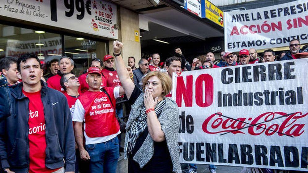 Foto: Mercedes Pérez, recibida por miembros de Coca-Cola en lucha a la salida de los juzgados. (Dani Gago)