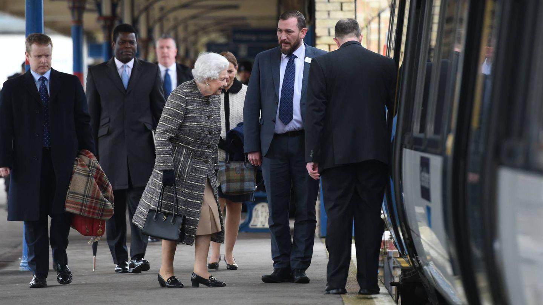 La reina Isabel en la estación de King's Lynn, preparada para volver a Londres. (Cordon Press)