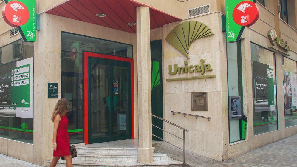 Foto: Exterior de una oficina de Unicaja Banco