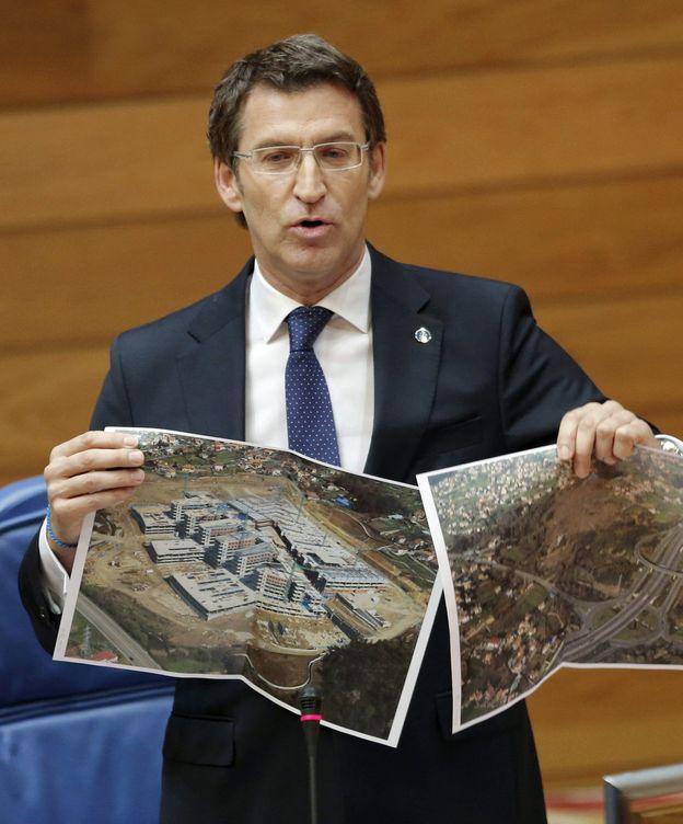 Foto: Feijóo muestra en 2012 la parcela del hospital de Vigo. (EFE)