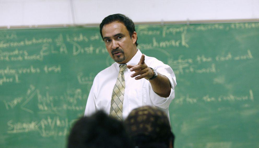 Foto: Un profesor latino enseña inglés a hispanos de Estados Unidos. (Erich Schlegel/Corbis)