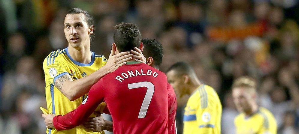 Foto: Zlatan Ibrahimovic felicita a Cristiano Ronaldo tras un Suecia-Portugal disputado en 2013 (EFE)