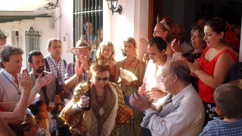 Rocío Jurado, disfrutando con su familia y amigos en 2003. (Cordon Press)