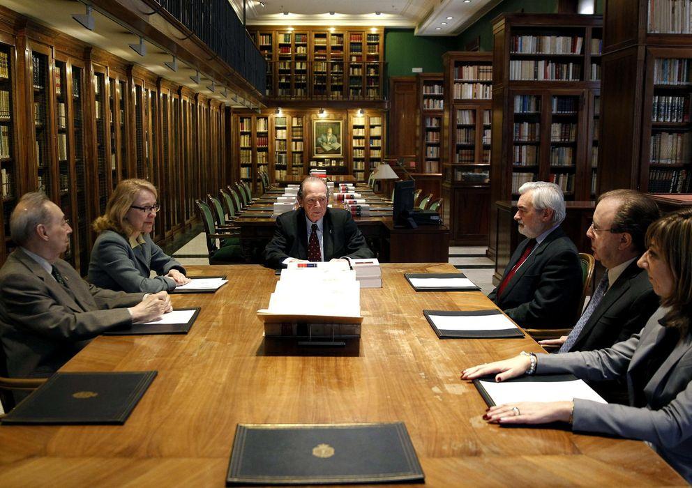 Foto: La RAE entrega a Espasa el manuscrito del diccionario en formato electrónico (EFE)