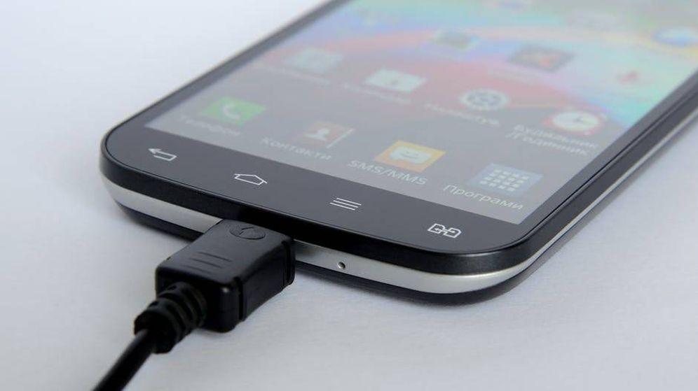 Foto: Ten cuidado con dónde cargas tu móvil porque un 'malware' puede estar acechando (Pexels)