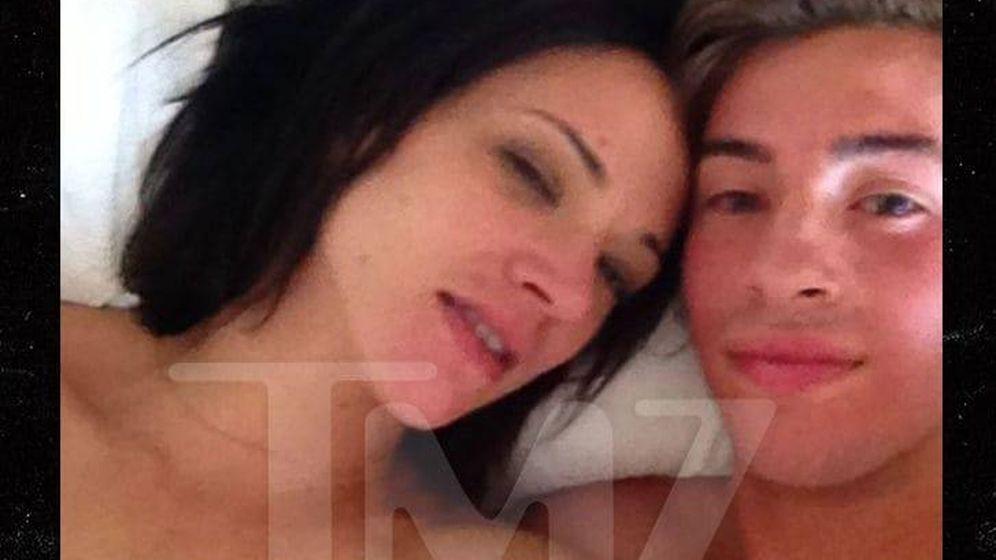 Foto: Asia Argento y Jimmy en la cama en la foto publicada por TMZ
