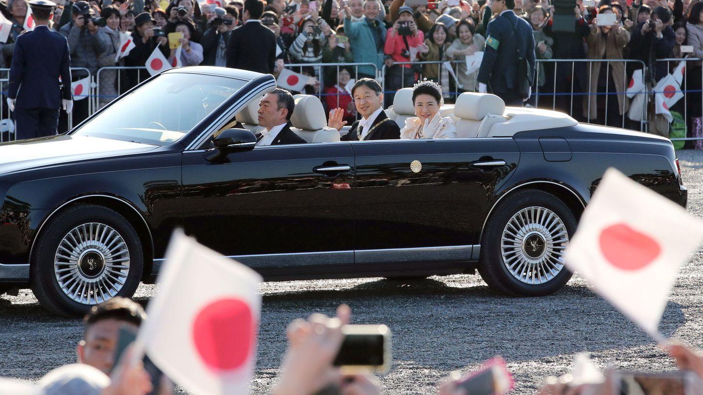 El emperador Naruhito y la emperatriz Masako, durante el desfile. (EFE)