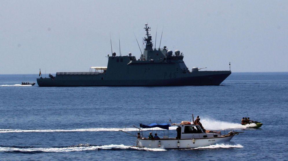 Foto: El Audaz, frente al puerto de Lampedusa, el pasado 24 de agosto. (EFE)