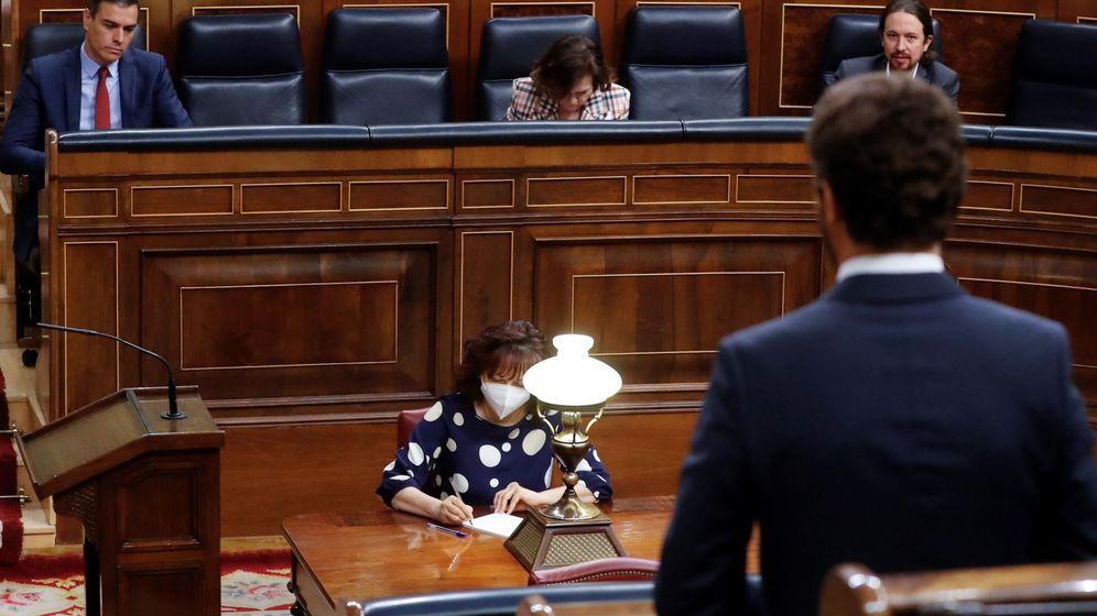 Foto: El presidente del Gobierno, Pedro Sánchez, escucha la intervención del líder del PP, Pablo Casado. (EFE)