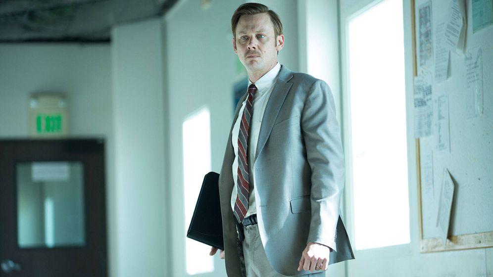 Foto: Jimmi Simpson en una imagen de la serie 'Unsolved', en la que interpreta al detective Russell Poole. (USA Network)