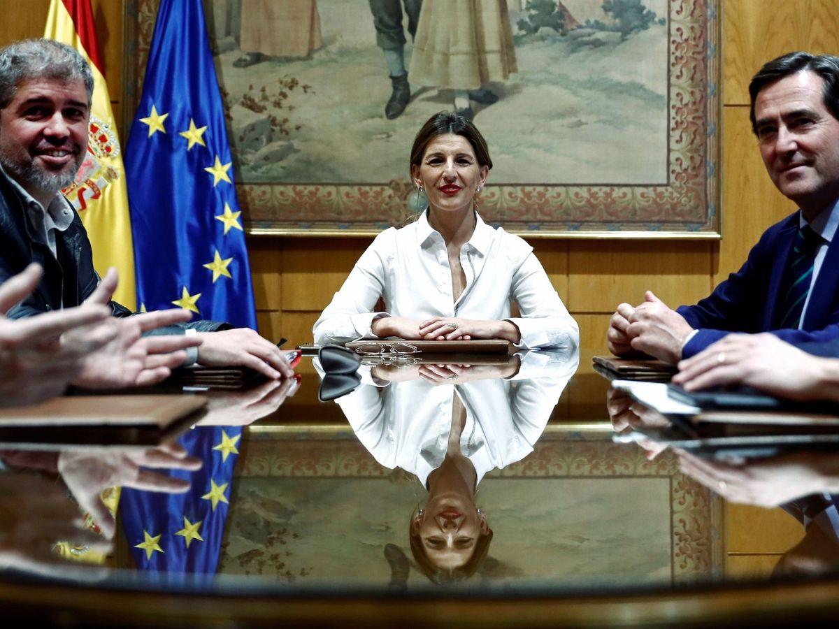Foto: Sordo y Garamendi, sentados con la ministra de Trabajo hace unos meses. (EFE)