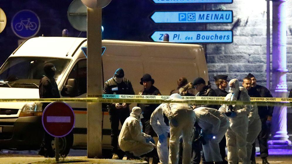 Foto: Los investigadores forenses trabajan en el lugar donde la policía abatió este jueves a Chérif Chekatt, presunto responsable del atentado de Estrasburgo. (Reuters)