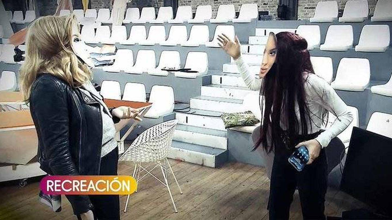 Recreación de la pelea entre Carmen Borrego y Alejandra Rubio en el plató de 'Sálvame'. (Mediaset)