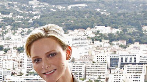 Charlène imita a Paris Hilton y se lleva a su chihuahua a todas partes