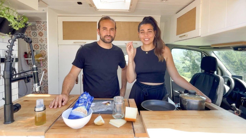 Álex y Raquel cocinando en su furgoneta. (A. y R.)