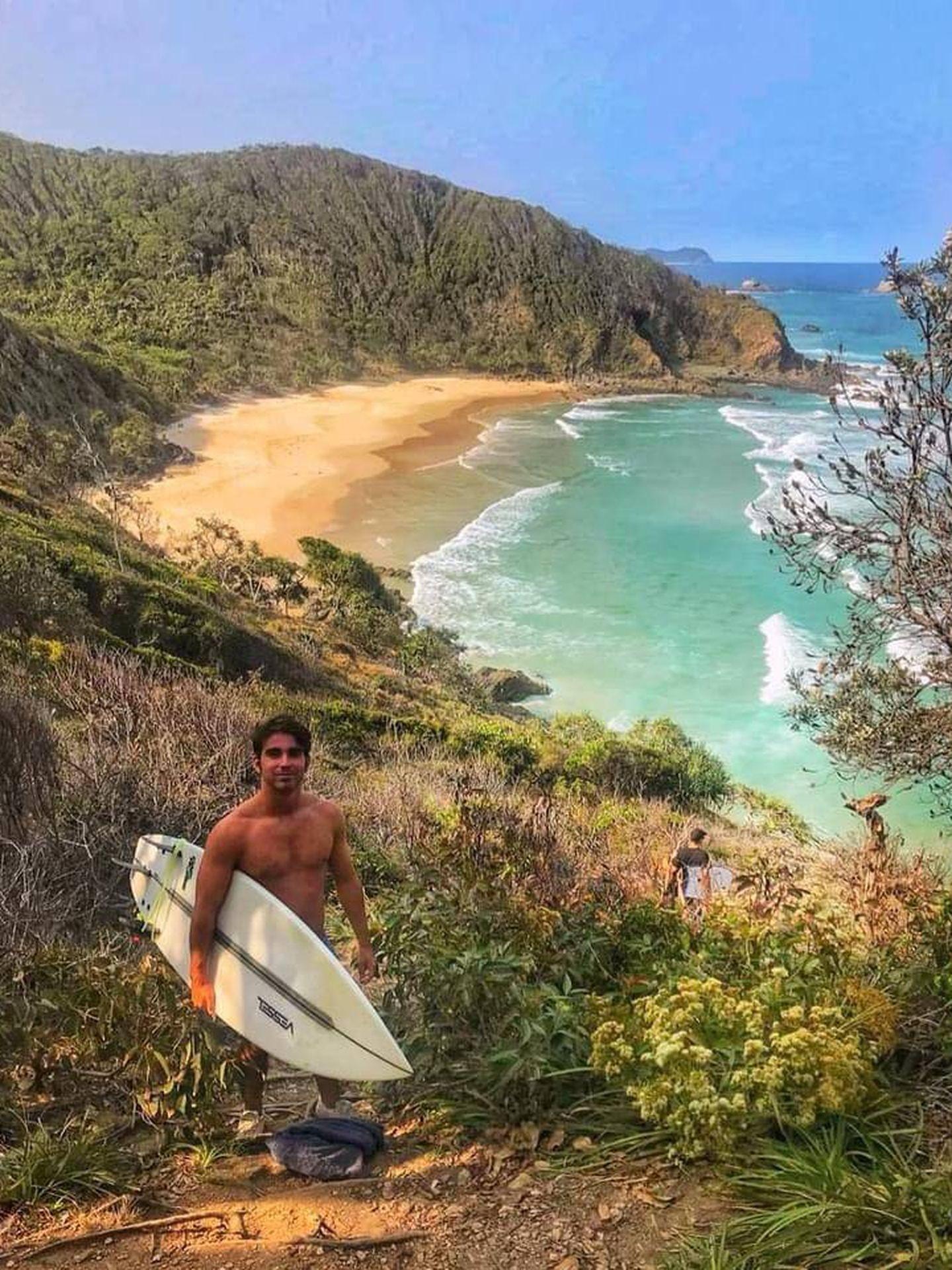 Mateo Cáceres, practicando surf en Australia. (Cortesía)