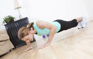 8 ejercicios para estar en buena forma sin salir de tu habitación