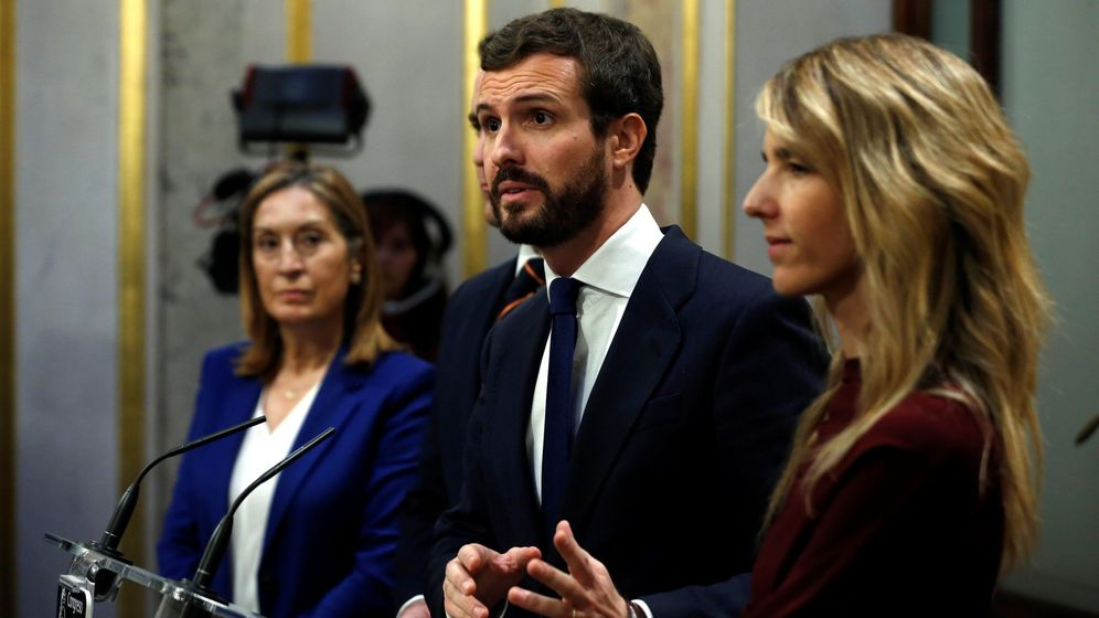 Foto: El líder del PP, Pablo Casado (c), junto a la portavoz del grupo popular, Cayetana Álvarez de Toledo (d), y a la vicepresidenta segunda de la mesa del Congreso, Ana Pastor. (EFE)