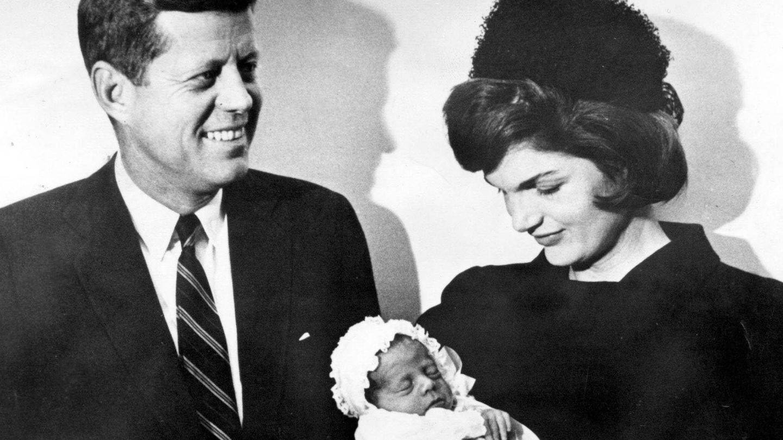 El matrimonio Kennedy, en el bautizo de su hijo. (CP)