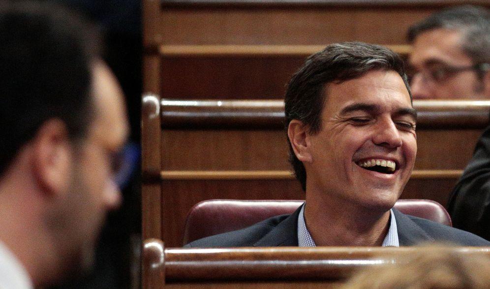 Foto: Pedro Sánchez ríe en su escaño enfrente del portavoz parlamentario, Antonio Hernando, este 27 de octubre en el Congreso. (Reuters)