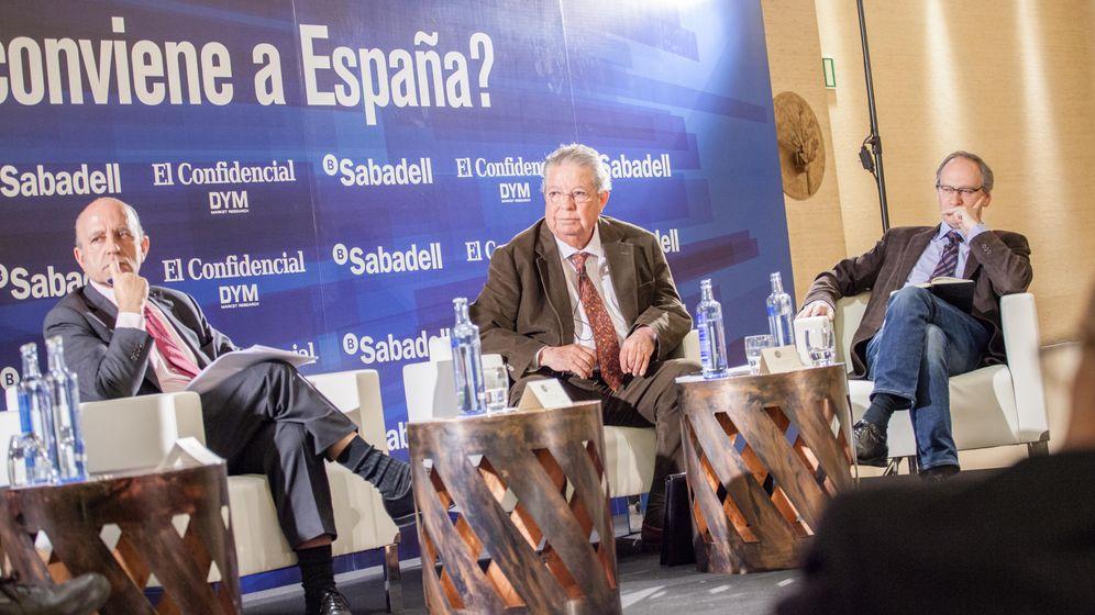 Foto: José Antonio Zarzalejos (i), Julián Santamaría (c) y Gabriel Colomé, durante el foro. (Jorge Álvaro)