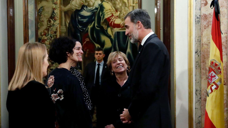 El Rey conversa con la viuda, Carmen Ortiz, y las dos hijas de Manuel Marín, Paloma y Alejandra, ante la presidenta del Congreso, Ana Pastor. (EFE)