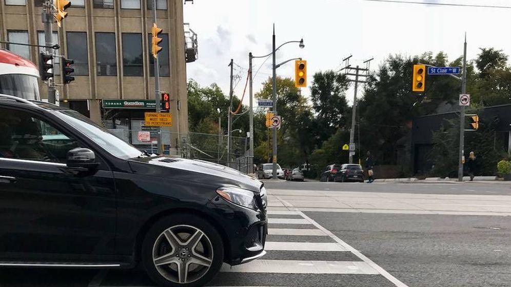 Foto: Un Mercedes invadiendo el paso de cebra. (Lloyd Alter)