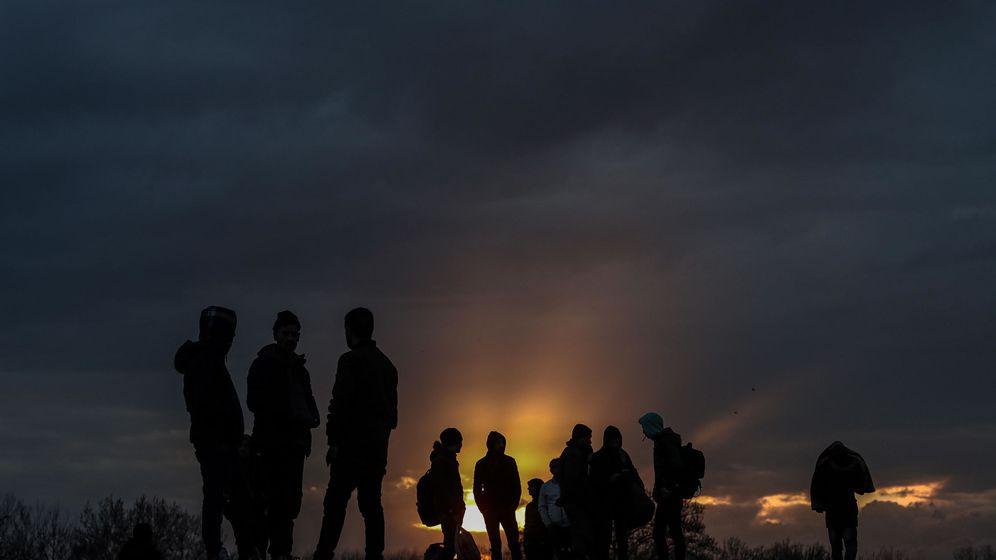 Foto: Migrantes se reúnen en la frontera entre Turquía y Grecia. (EFE)
