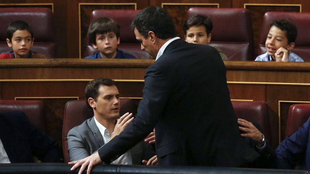 Foto: Pedro Sánchez saluda a Albert Rivera a su llegada al homenaje musicado por el IV Centenario de la muerte de Miguel de Cervantes celebrado este 21 de abril en el Congreso. (EFE)