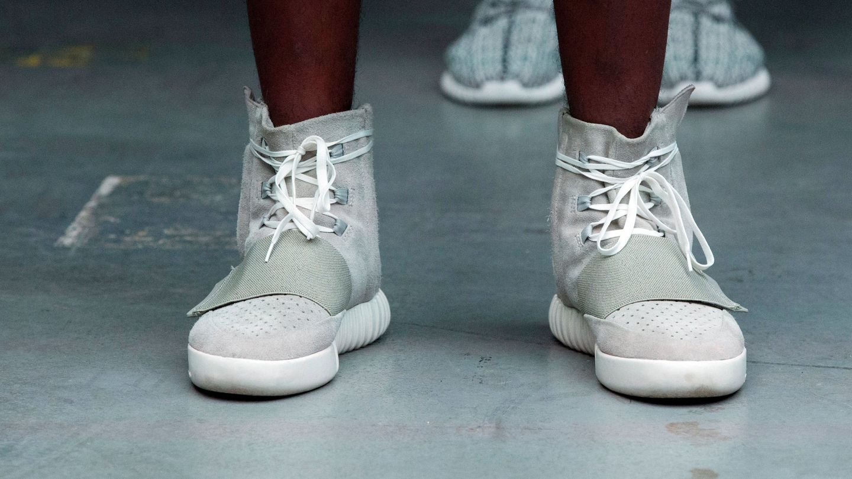 Una modelo luce las Adidas Yeezy 750 Boost. (Reuters)