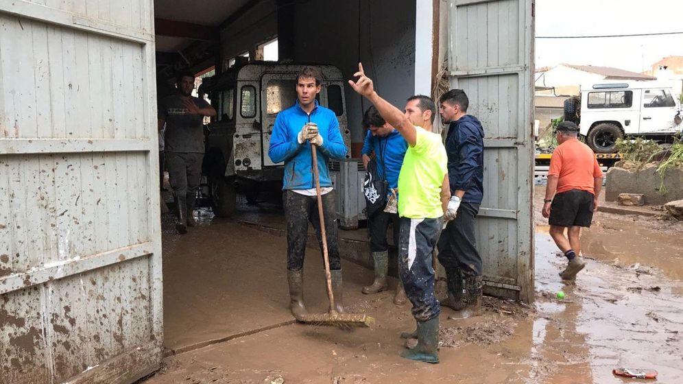 Foto: Fotografía facilitada por La Vanguardia de Rafa Nadal  ayudando en las tareas de limpieza en el municipio mallorquín de Sant Llorenç.