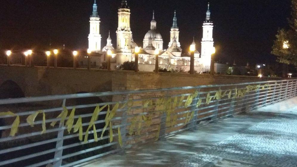 Foto: Lazos amarillos en el balcón de San Lázaro de Zaragoza. (@CDRARAGON)