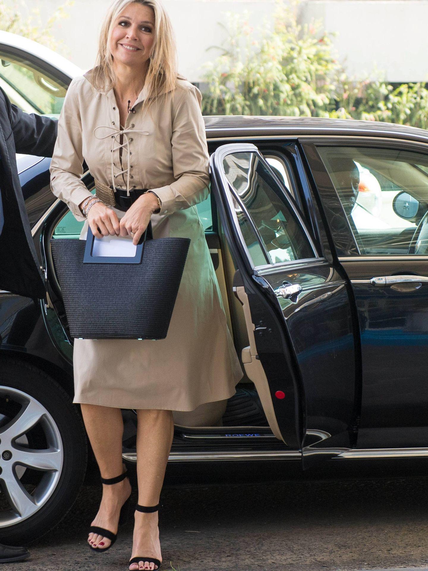 Máxima de Holanda, con un bolso de Marina Raphael. (Cordon Press)