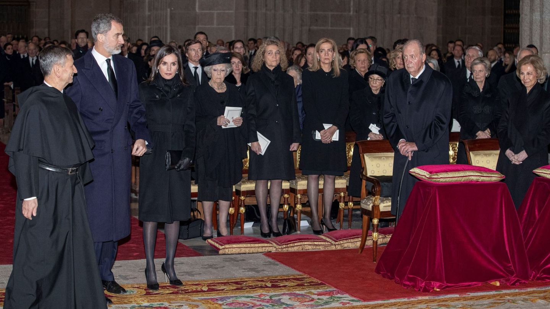 Los Reyes eméritos, Felipe y Letizia y las infantas Elena y Cristina, en el funeral de doña Pilar. (EFE)
