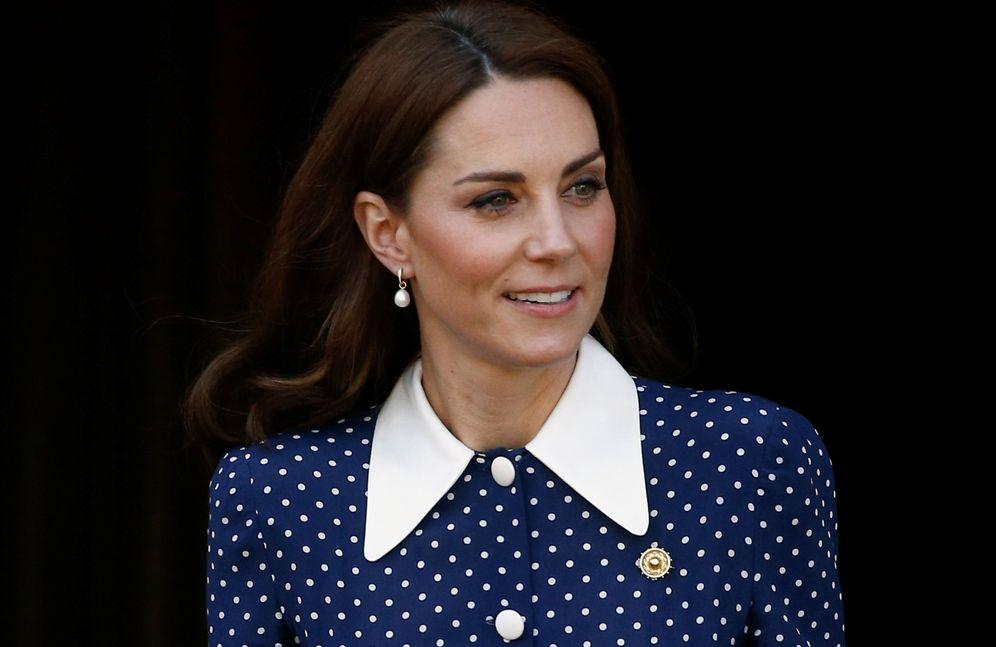 Foto: La duquesa de Cambridge visita Bletchley Park con el broche en el pecho. (Reuters)