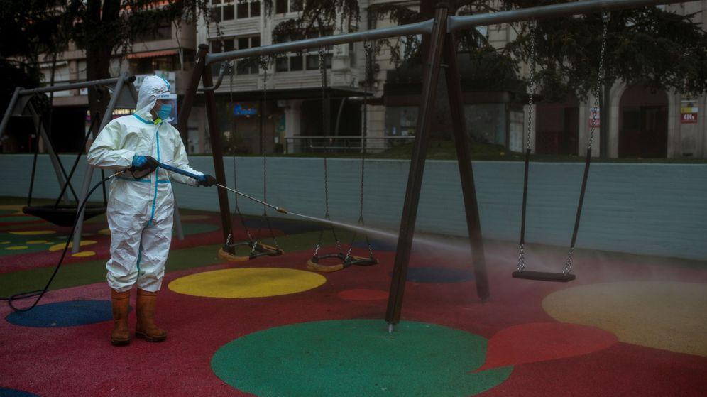 Foto: Un operario municipal realiza labores de desinfección en un parque. (EFE)