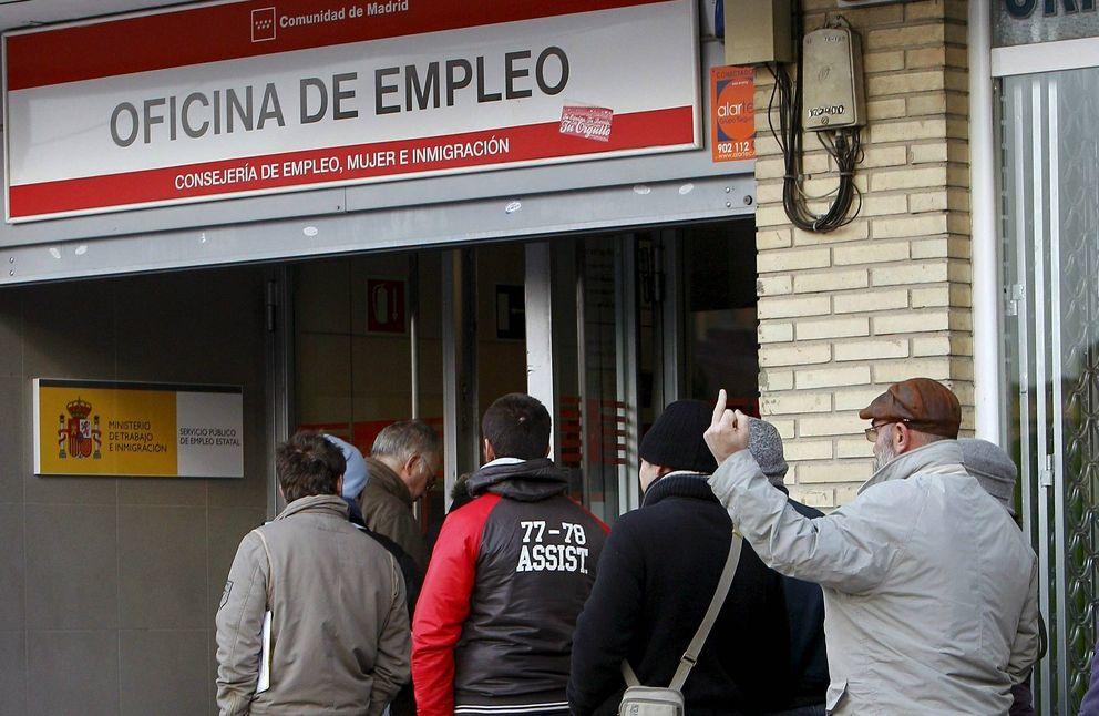 Foto: Gente haciendo cola (y maldiciendo) para entrar en una oficina de empleo en Madrid. (Efe)