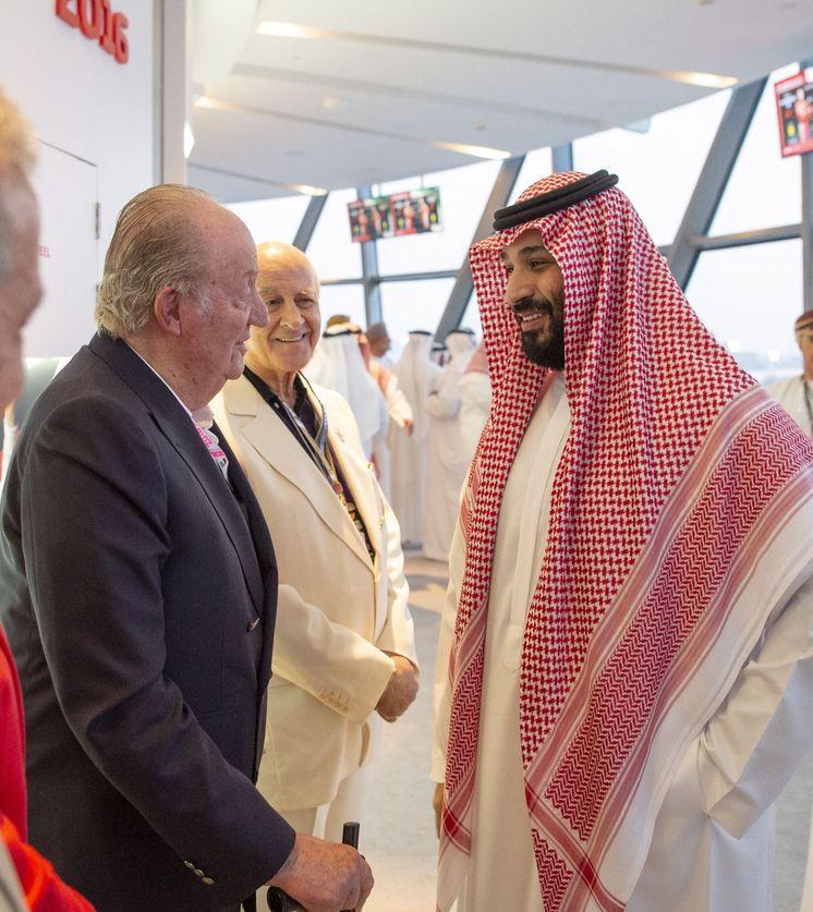 Foto: Mohammad Bin Salman saluda al rey emérito Juan Carlos. (EFE)