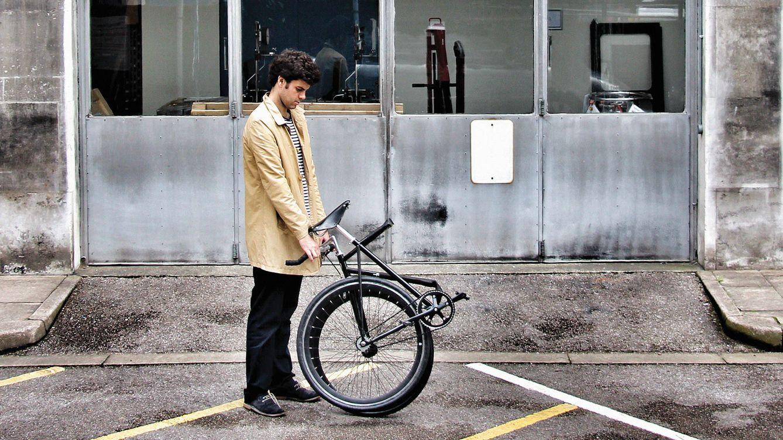 Foto: Rodrigo García posa con una bicicleta que se dobla gracias al material bioestable utilizado en su diseño.